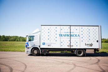 Till utbildningar förtunga fordon använder vi oss av en Scania P310.