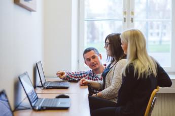 I vår datasal kan du självständigt göra dina dataskrivningar. Öva hur mycket du vill i din egen takt!